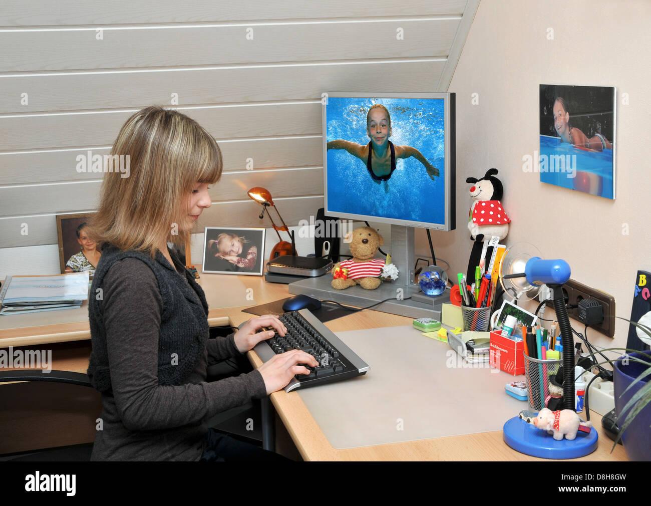 Kind am computer Stockbild