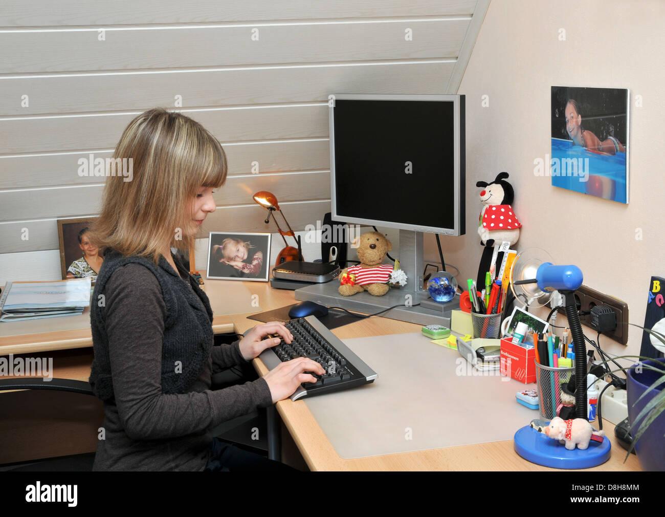 Lisa am computer Stockbild