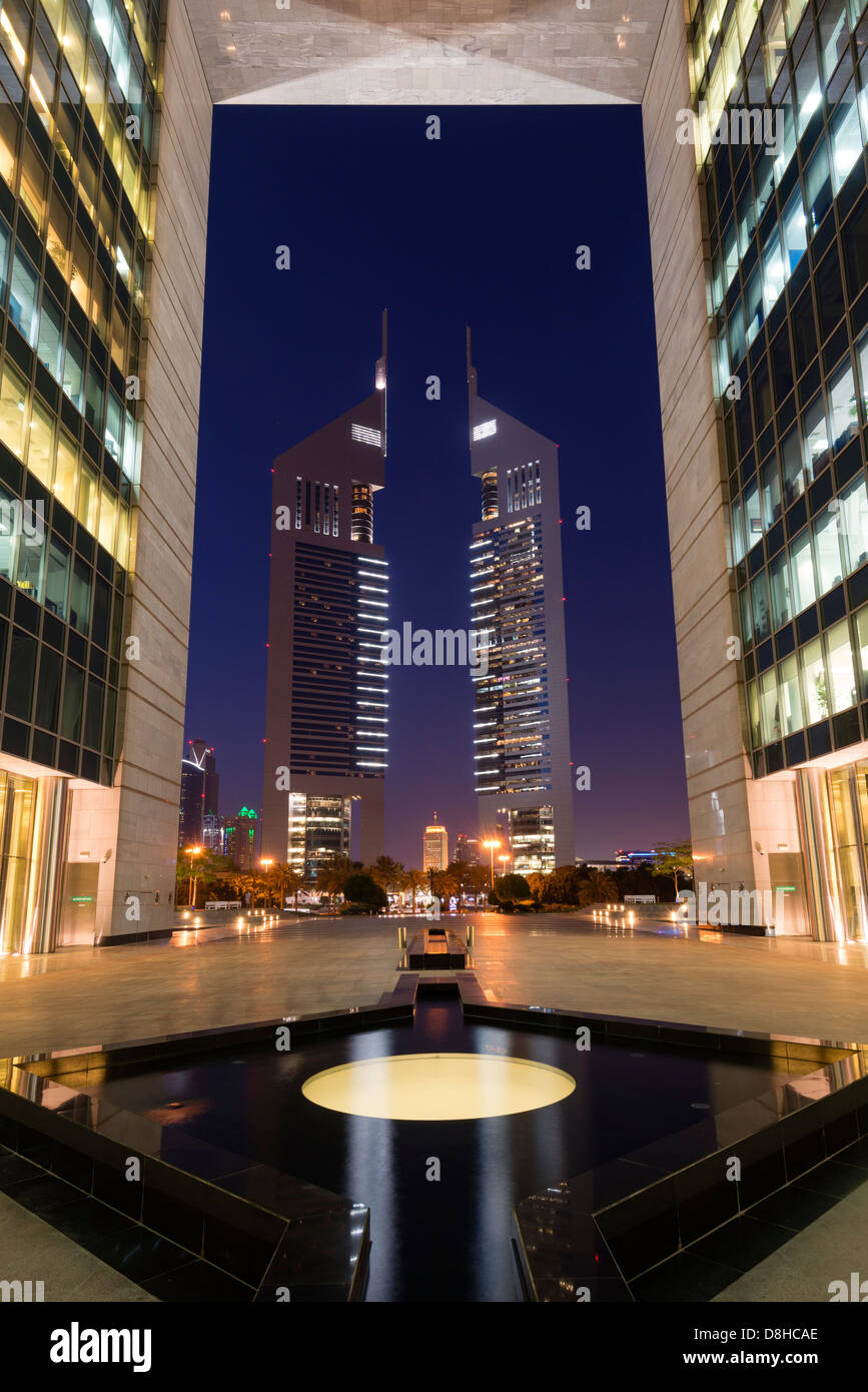 Nachtansicht des Emirates towers von The Gate im DIFC oder Dubai International Financial Centre in Dubai Stockbild