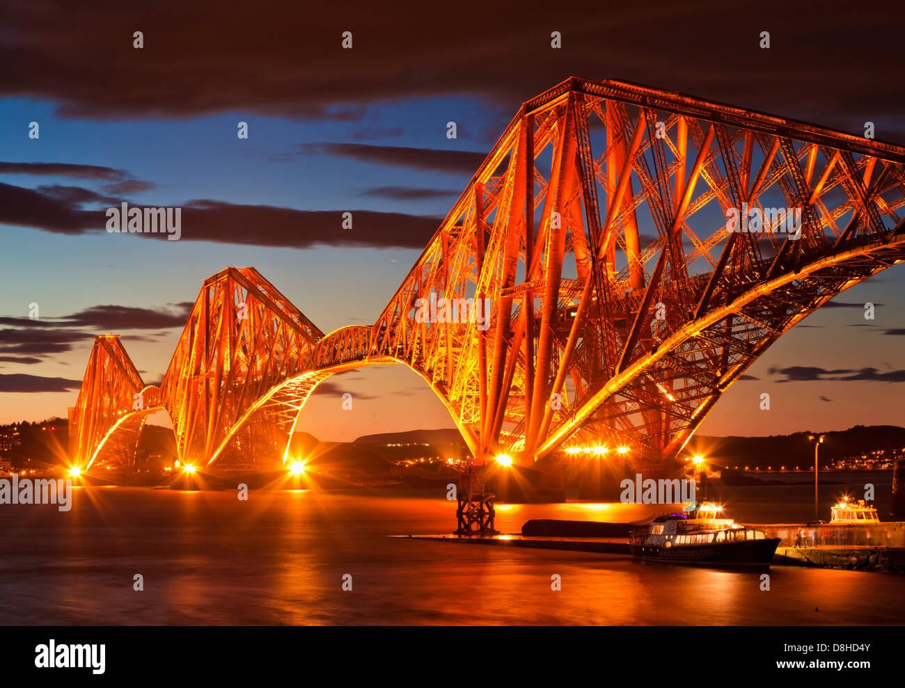 Weiter Bahn Brücke beleuchtet bei Nacht South Queensferry Edinburgh Midlothian Schottland Großbritannien Stockbild