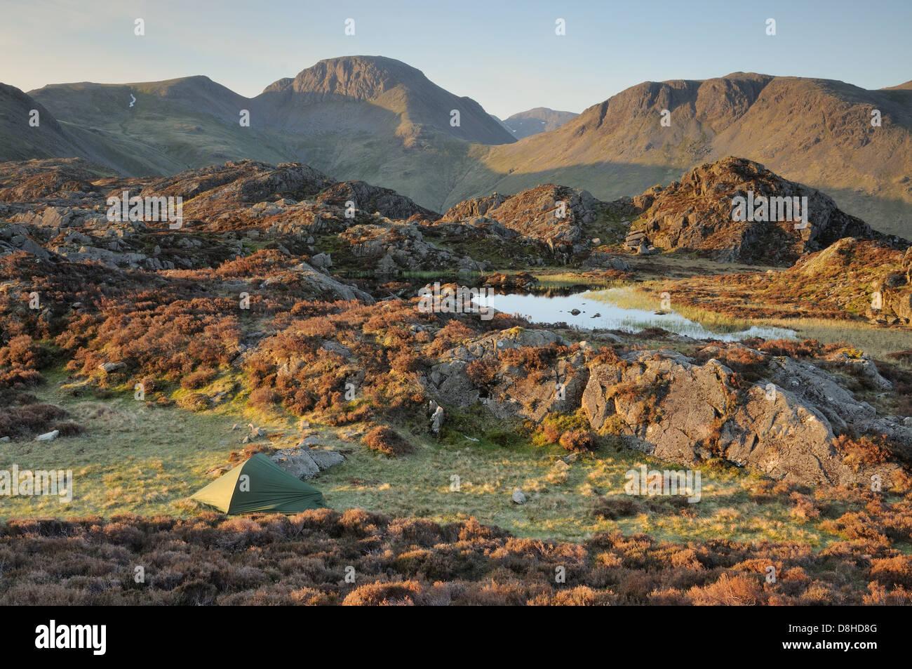 Wild campen neben Innominate Tarn auf dem Gipfel des Heuhaufen im englischen Lake District Stockbild