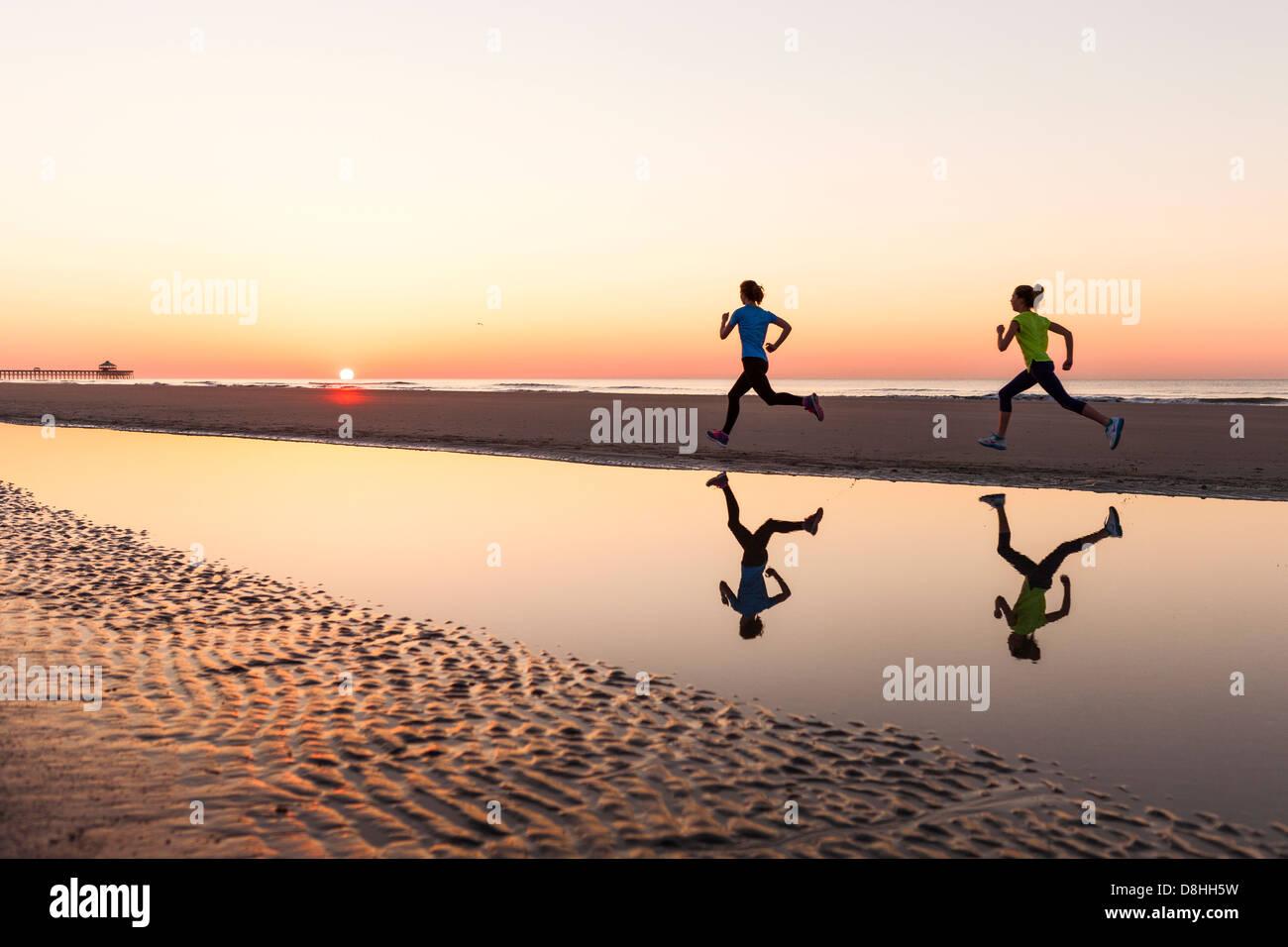 Weibliche Jogger am Strand Stockfoto