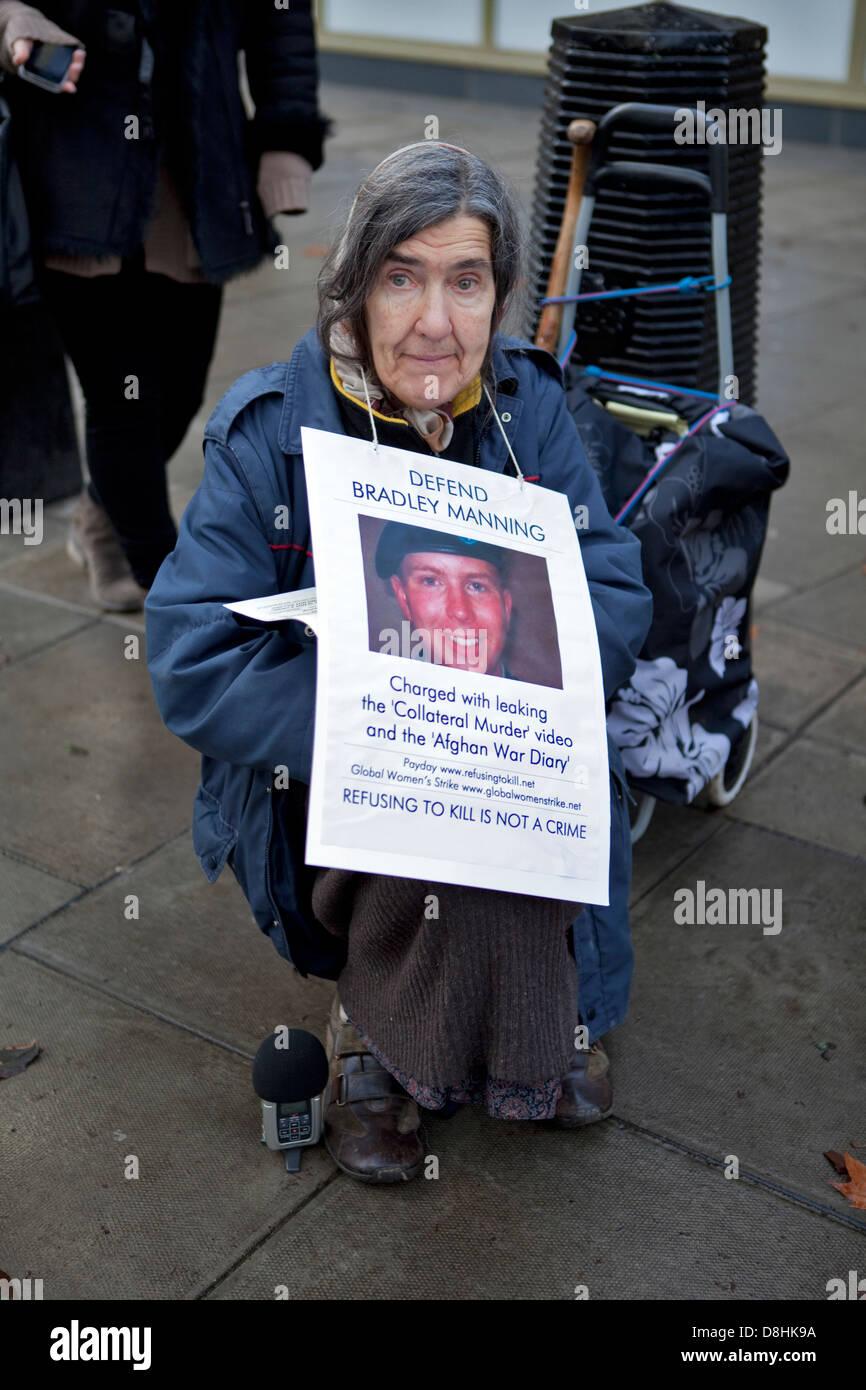 Bradley manning Demonstrant vor amerikanischen Botschaft in London 2011 Stockbild