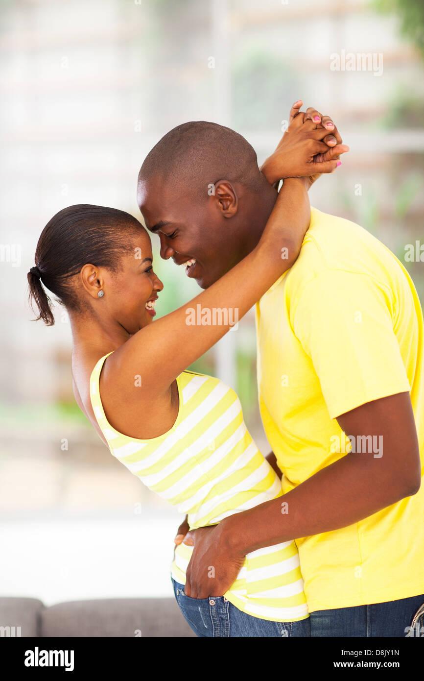 leidenschaftliche junge afrikanische Paare zu flirten und Spaß haben Stockbild