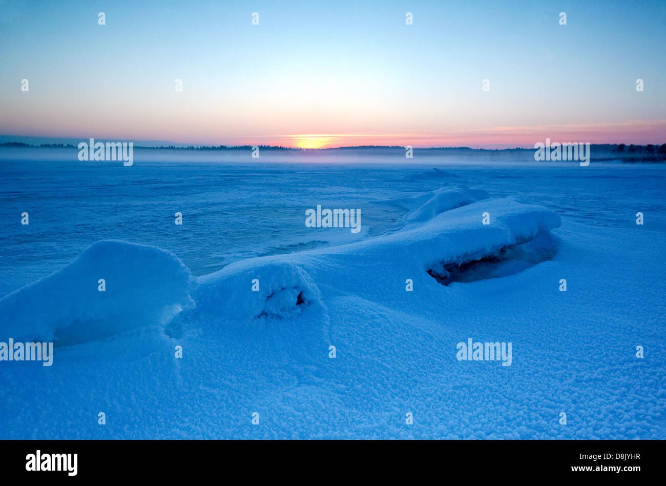 Winter-Sonnenuntergang am Moskjæra in den See Vansjø, Råde Kommune, Østfold Fylke, Norwegen. Stockbild