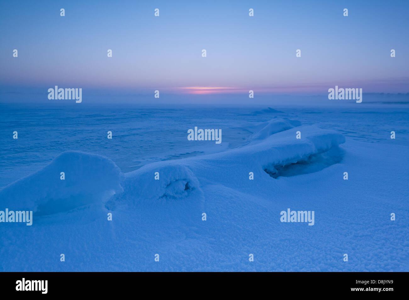 Nebligen Winterabend am Moskjæra in den See Vansjø, Råde Kommune, Østfold Fylke, Norwegen. Stockbild