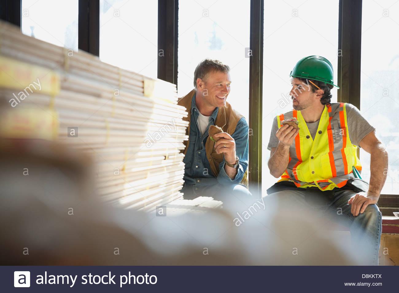 Handwerker und Vorarbeiter Mittagessen brechen auf Baustelle Stockbild