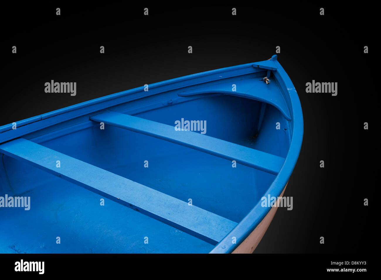 Eine redaktionelle Bild eines blauen Schlauchboot-Bogens auf einem schwarzen Hintergrund. Stockbild