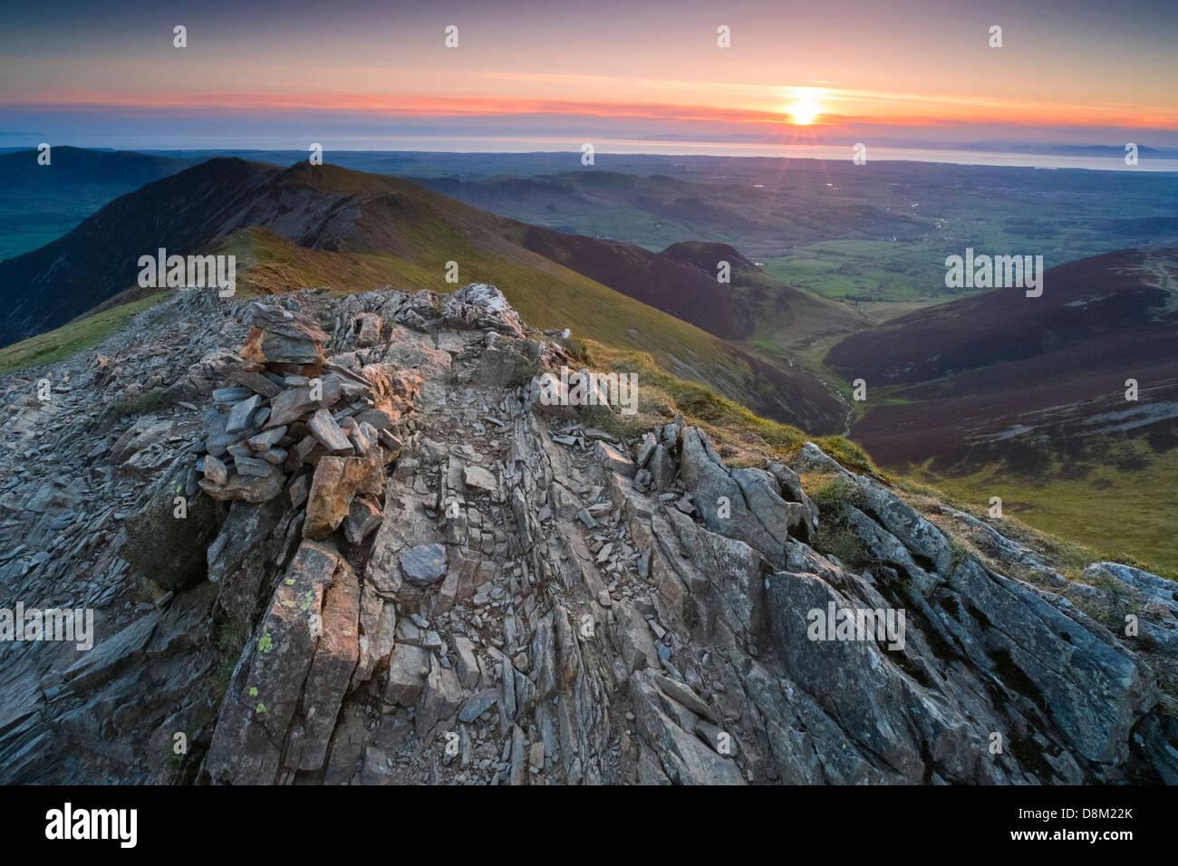 Blick auf Whiteside und Hoffnung Gill vom Gipfel des Hopegill Head bei Sonnenuntergang im Lake District. Stockbild