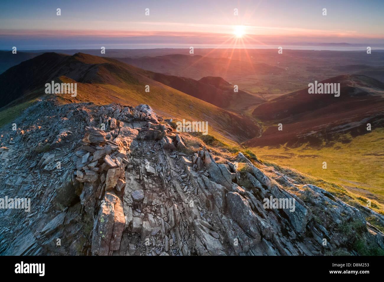 Schauen unten Hoffnung Gill vom Gipfel des Hopegill Head bei Sonnenuntergang im Lake District. Whiteside, links Stockbild