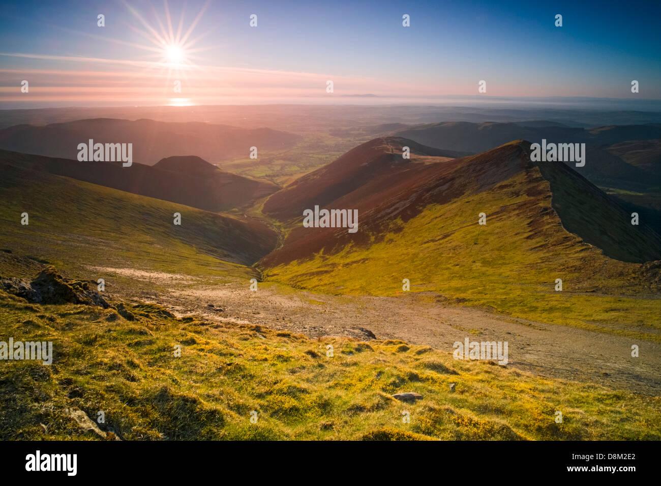 Blick auf Hoffnung Gill und Ladyside Hechte vom Gipfel des Hopegill Head bei Sonnenuntergang im Lake District Stockbild
