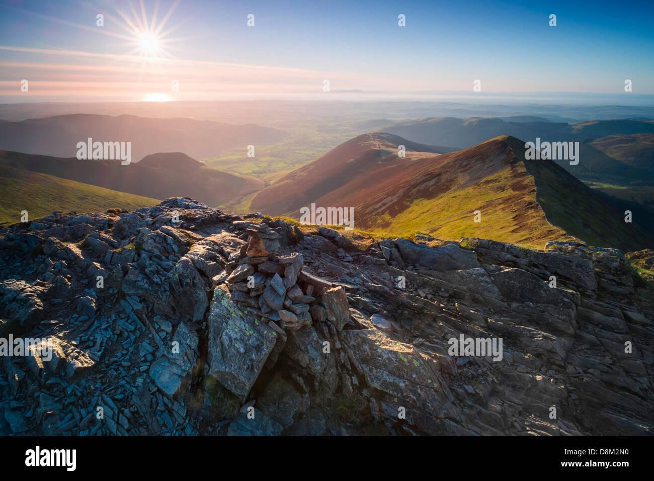 Blick auf Ladyside Hecht und Hoffnung Gill vom Gipfel des Hopegill Head bei Sonnenuntergang im Lake District Stockbild