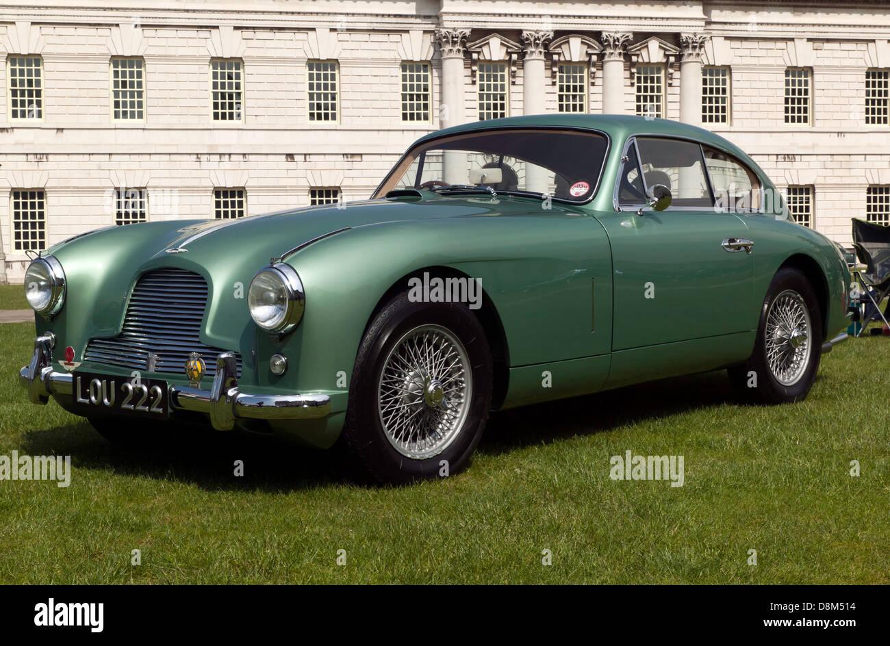 Ein Schönes Beispiel Eines Jahrgangs Aston Martin Db2 Auf Dem Display An Der Old Royal Naval College In Greenwich Stockfotografie Alamy