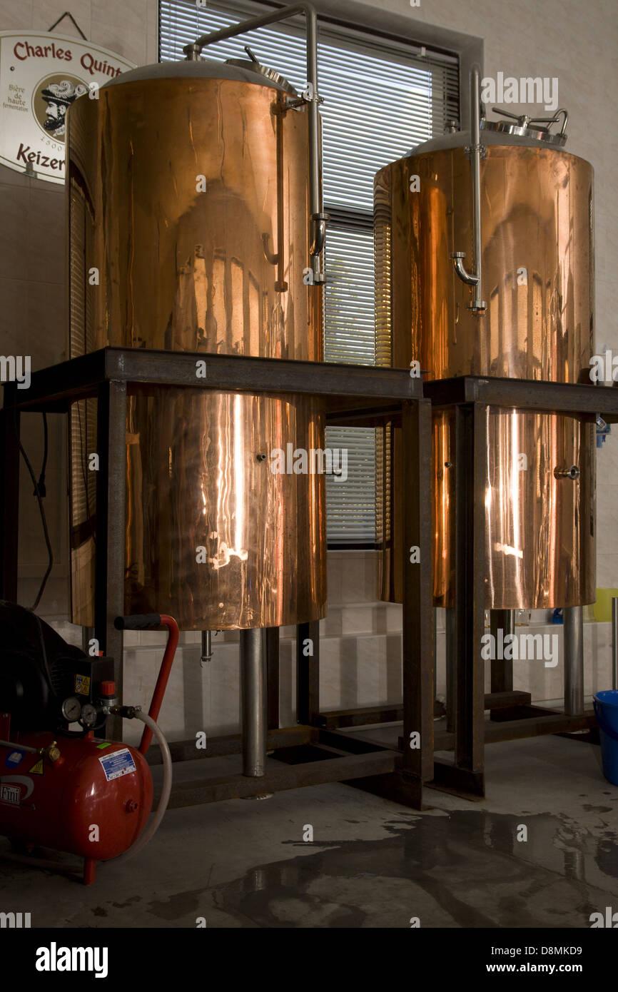 Modernes Interieur einer Brauerei Stockbild