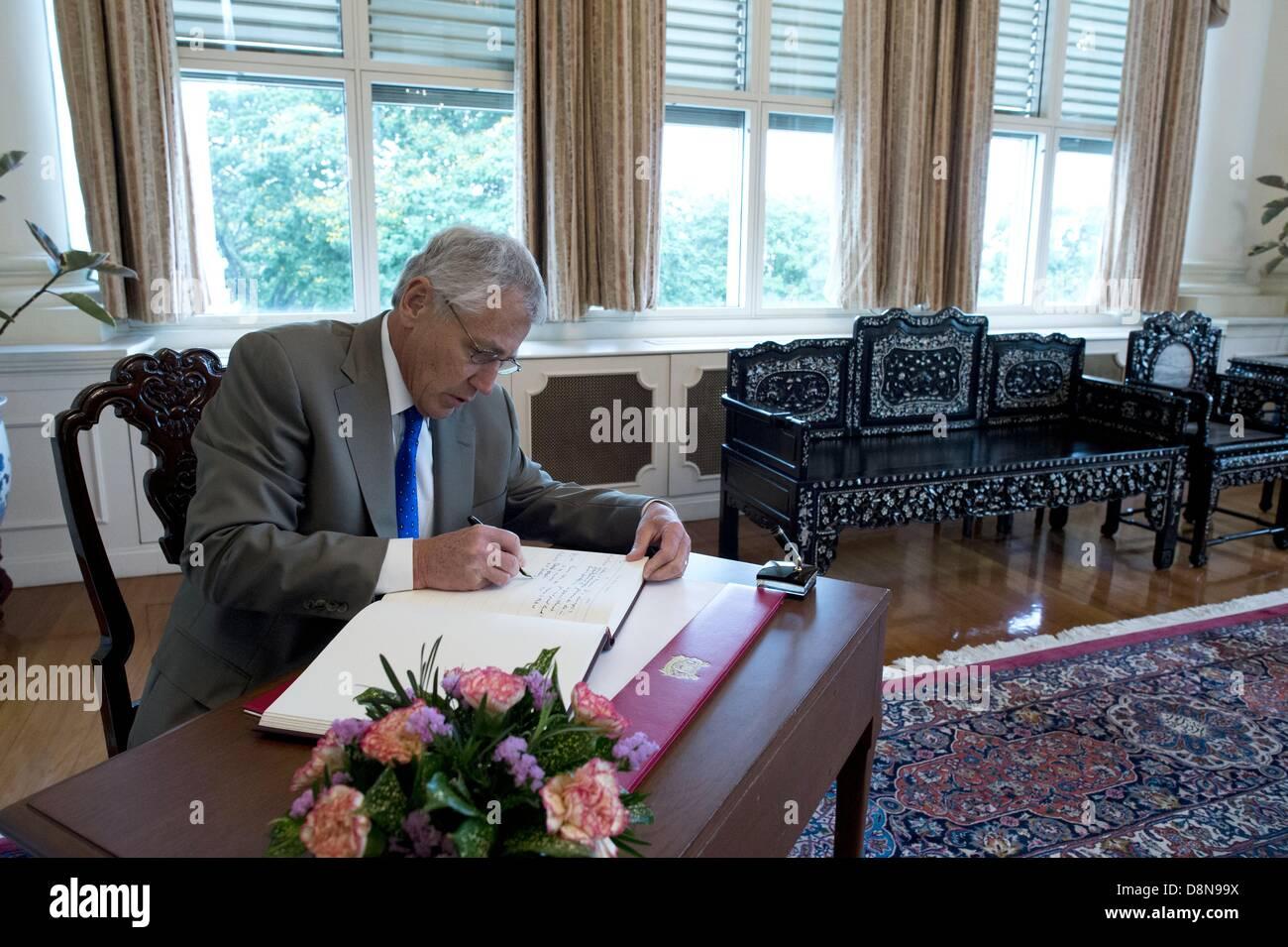 US-Verteidigungsminister Chuck Hagel unterschreibt das Gästebuch vor dem Treffen mit Singaporean Premierminister Stockfoto