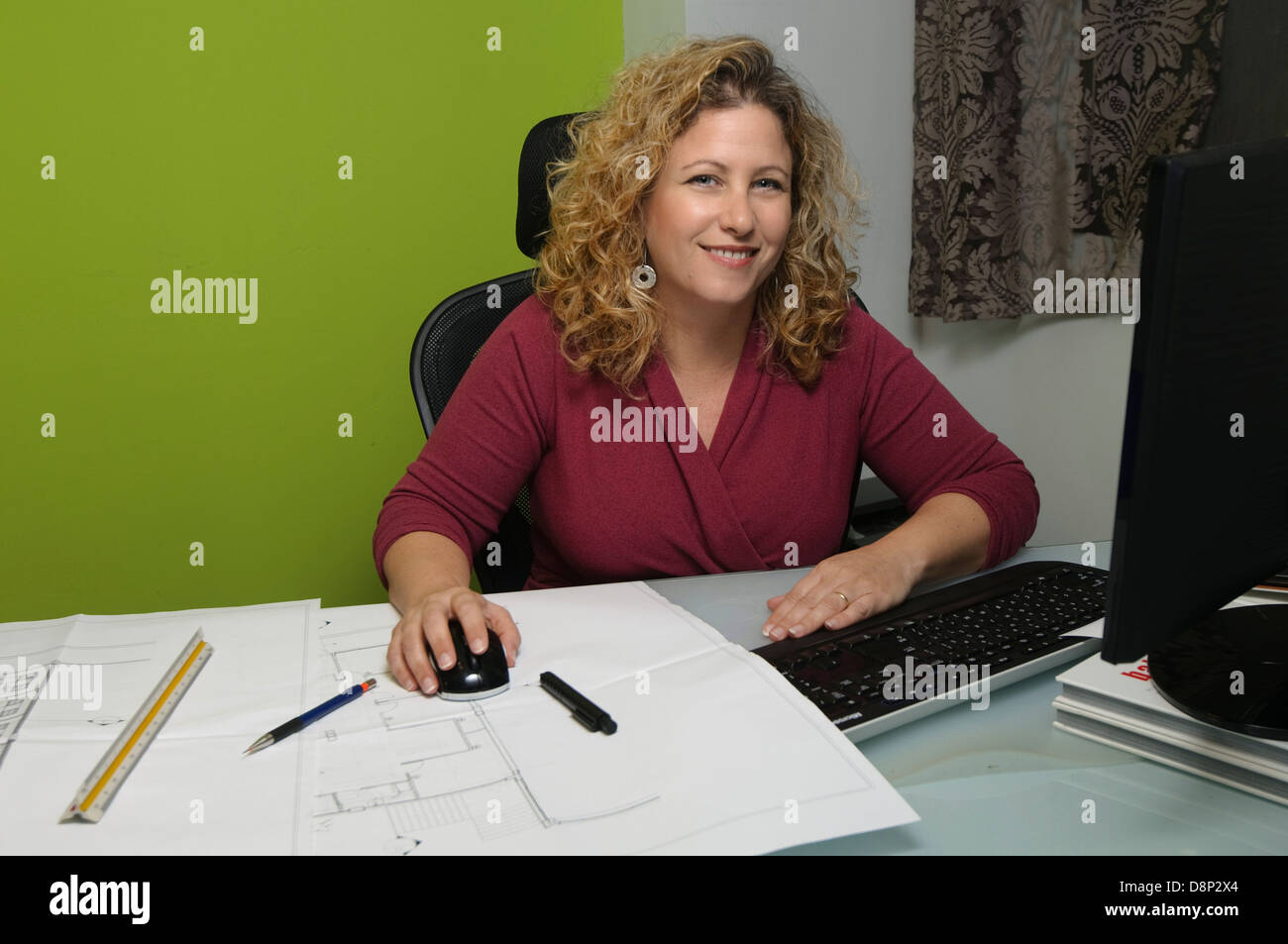 Architektin arbeitet auf ihrem Computer beizusteuern blau Drucke und Zeichner Skala Lineal Stockbild