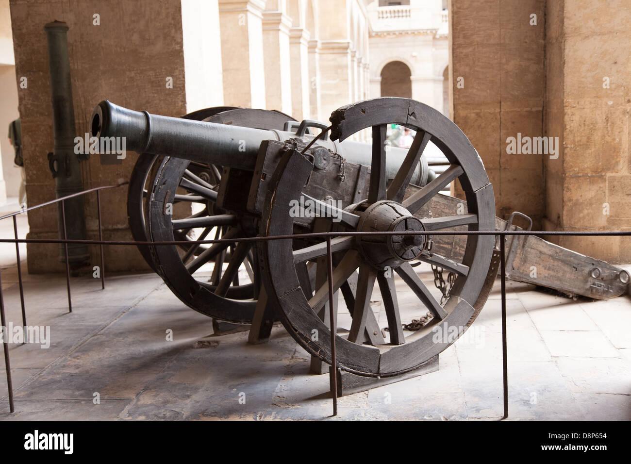 Schwere Kanone Waffe militärischen Stahl Rad Holz - Armeemuseum / Les Invalides / Philippe Sauvan-Magnet / Stockbild
