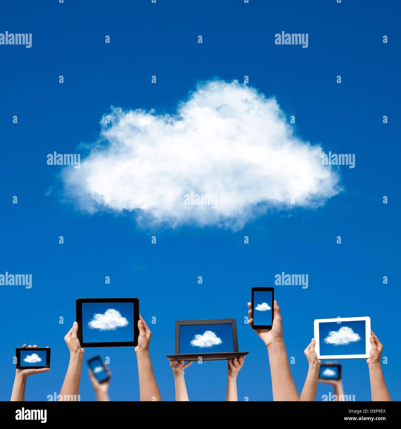 Cloud-computing-Konzept. Hände halten Computer Laptop smart Handy Tablet und Touchpad Stockbild