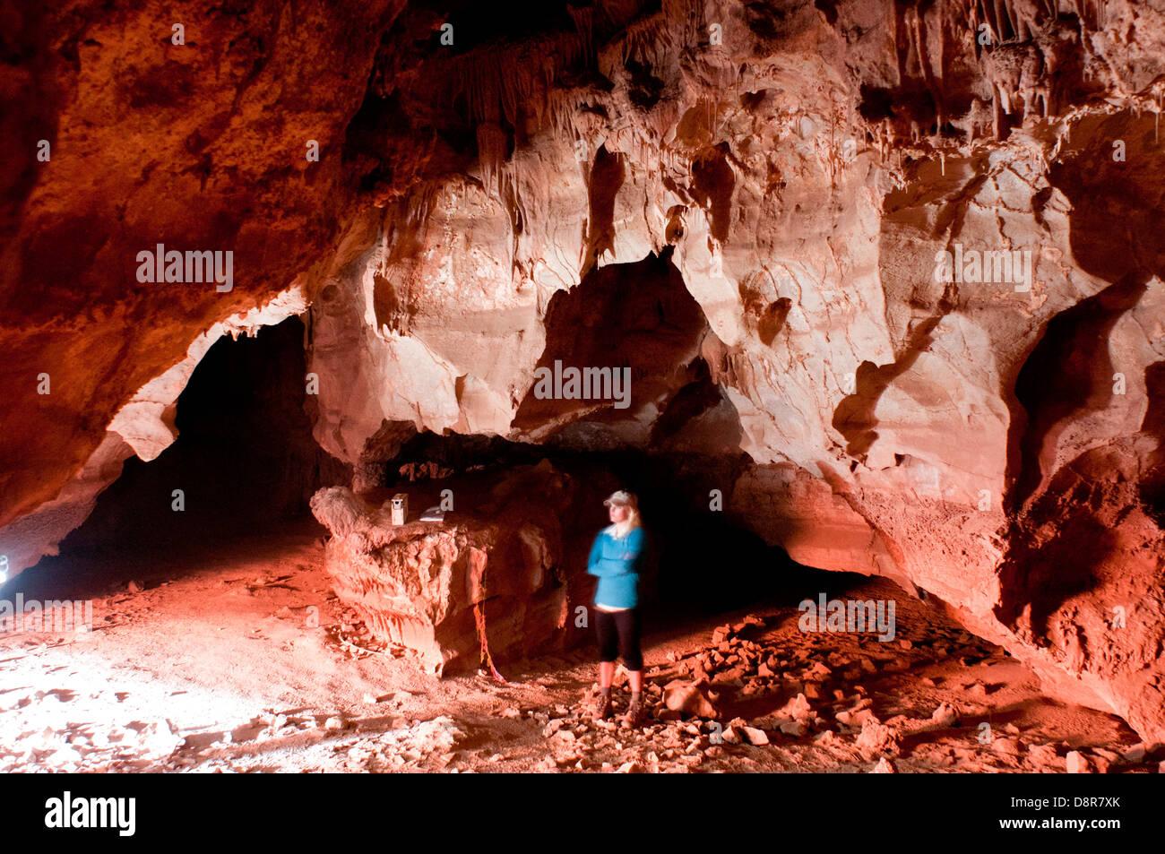 Ein Besucher stehen in der Höhle von The Domes, auf Hufeisen Mesa im Grand Canyon National Park, Arizona USA Stockfoto
