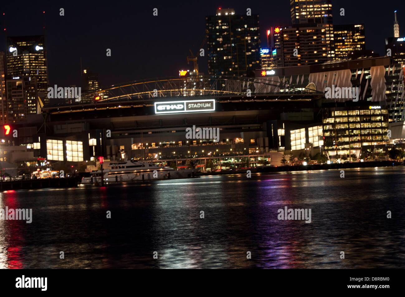 Etihad Stadium Melbourne Docklands am Hafen dock Gewässer in der Nacht  Stockfotografie - Alamy