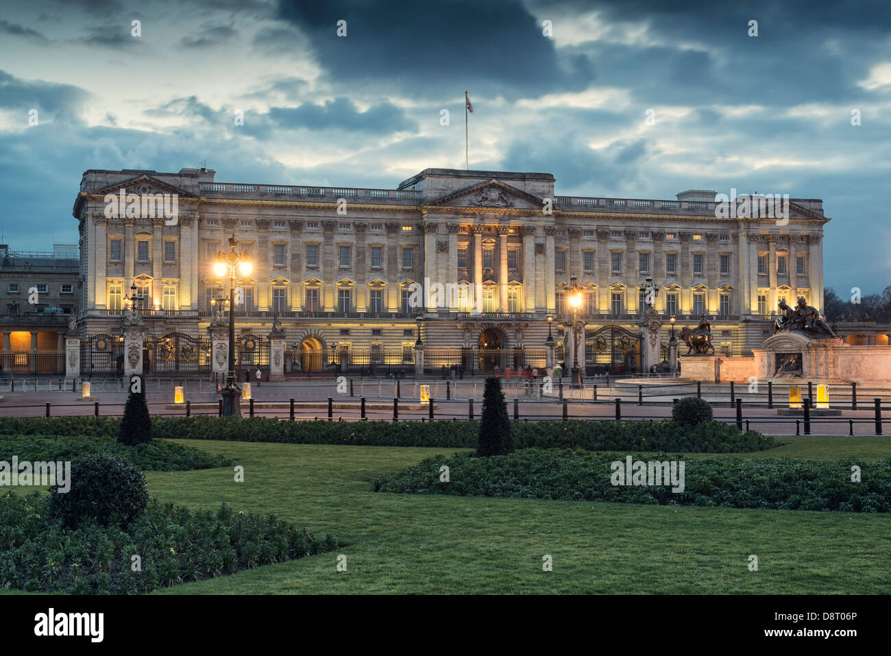 Buckingham-Palast in der Nacht, London, England, Stockbild
