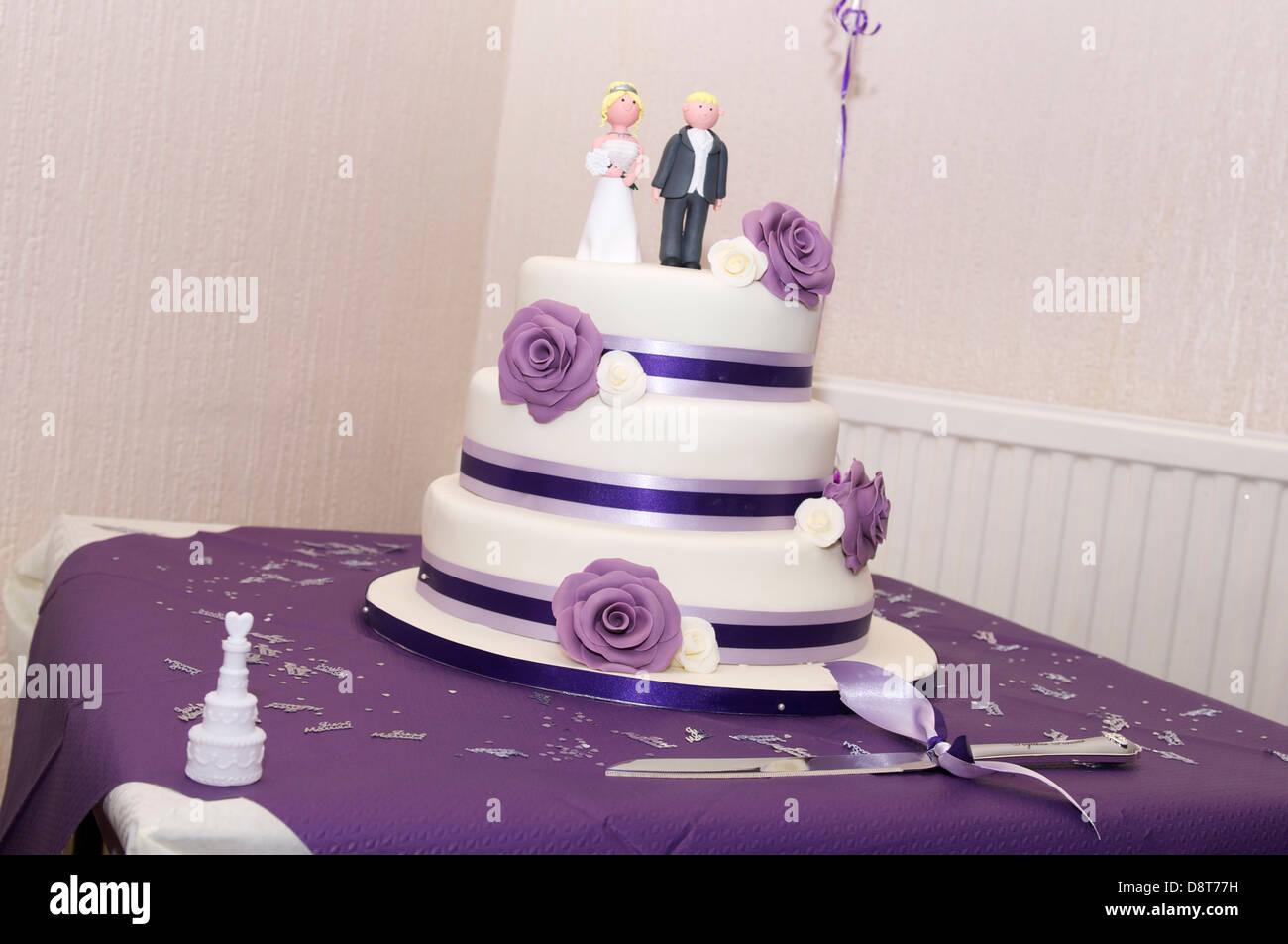 Sympathisch Hochzeitstorte Lila Dekoration Von Mit Schema Drei Tier Kuchen