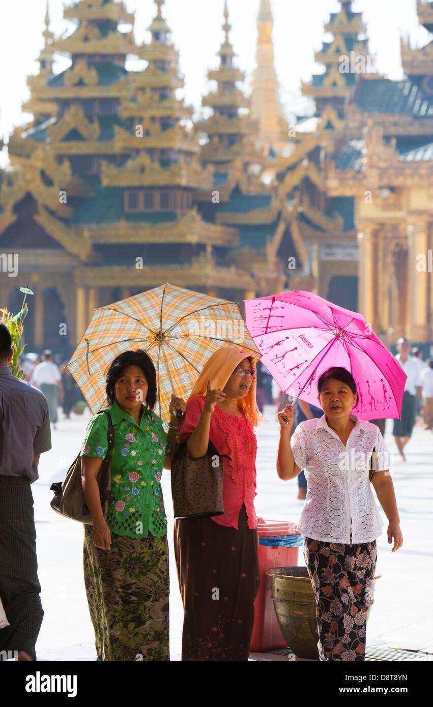 Drei Frauen scheinen zu entscheiden, wohin Sie gehen nächsten in der Shwedagon-Tempel-Komplex, da sie vor der Stockbild