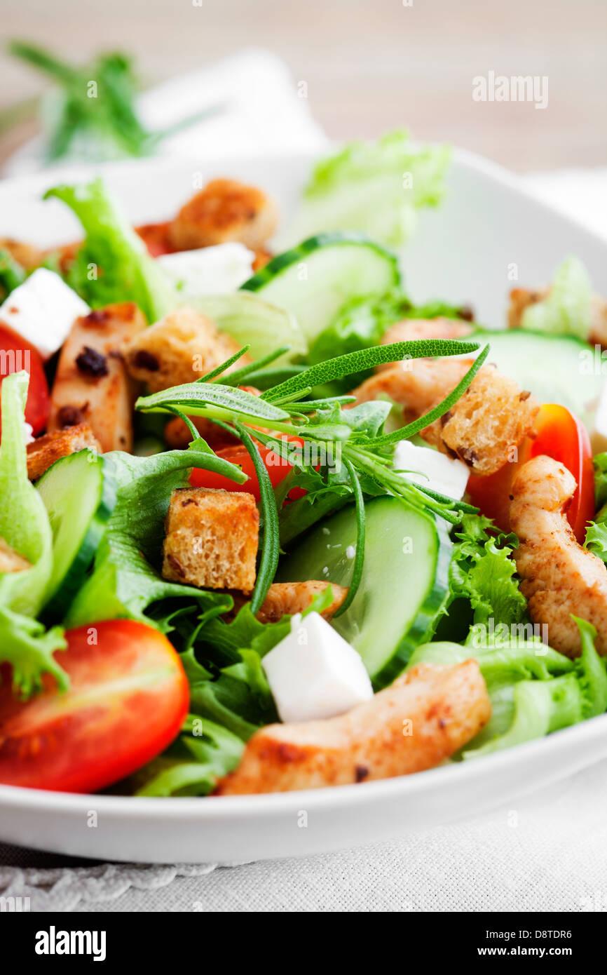 Salat mit gebratenem Huhn, Tomaten und feta Stockbild