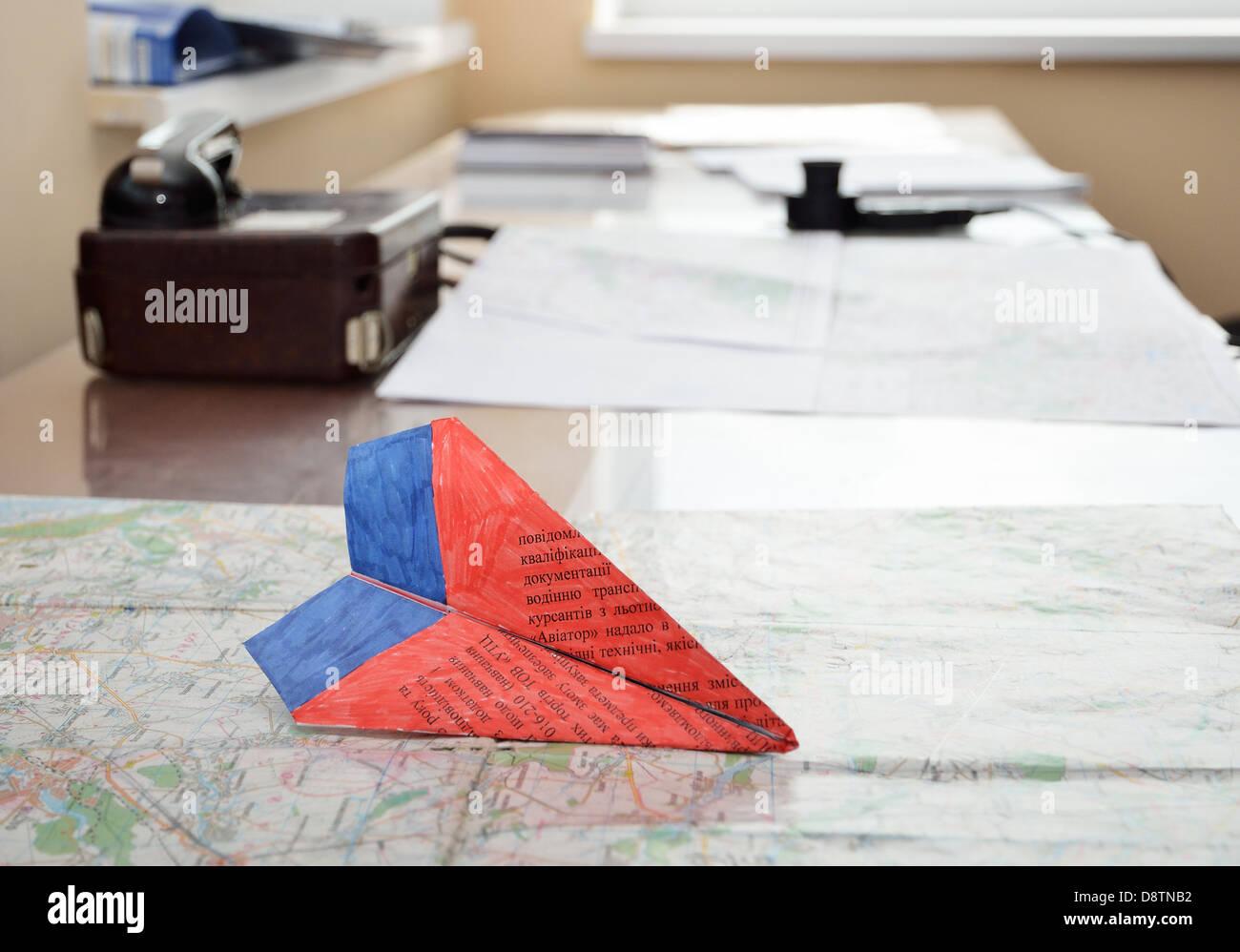 Papierflieger auf der Luftbildkarte Stockbild