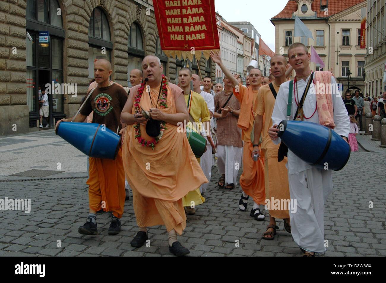 Straße singen von Hare-Krishna von Harinamas in Prag Stockfoto