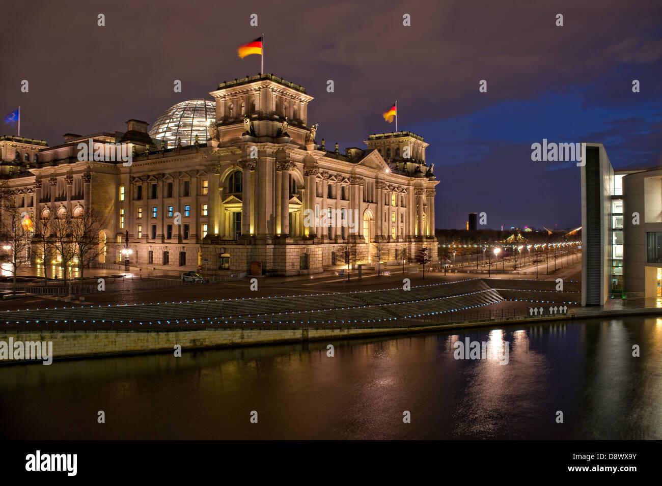 Nacht-Bild des Reichstags im Regierungsviertel von Berlin, Deutschland | Nachtaufnahme des Reichstages Berlin, Deutschland Stockbild