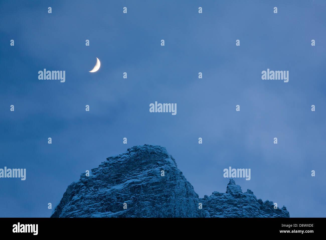 Mond über dem Gipfel Trollryggen, Tal Romsdalen, Rauma Kommune, Møre Og Romsdal Fylke, Norwegen. Stockbild
