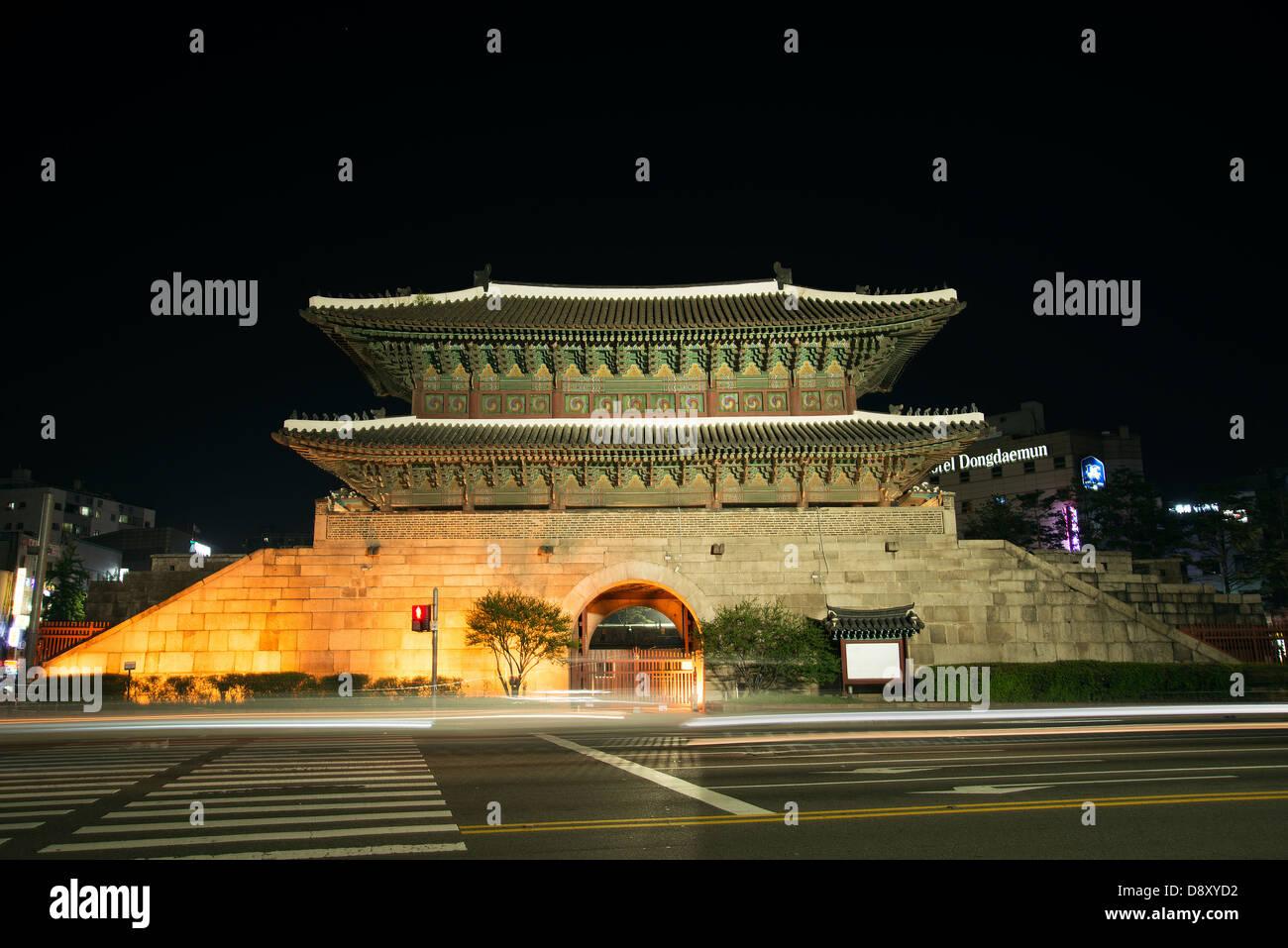 Dongdaemun Tor Wahrzeichen in Seoul Südkorea in der Nacht Stockbild