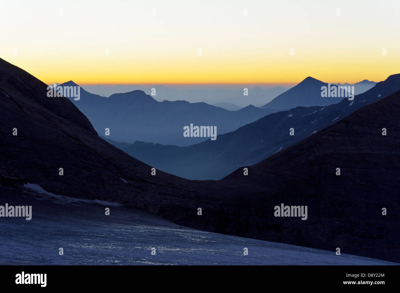 Österreich / Kärnten - vor Sonnenaufgang im Nationalpark Hohe Tauern, gesehen von der Oberwalder Hütte. Stockfoto
