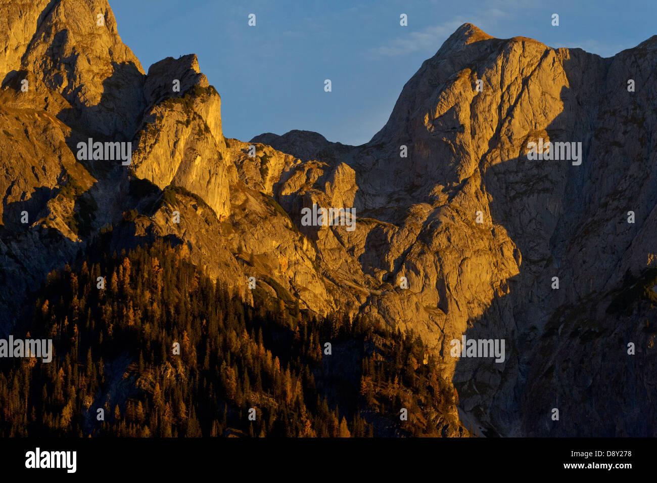 Brühnbachtal / Salzburg / Österreich: Morgenglorei im Kalkhochalpen Naturreservat. Zerklüftete Kalkfelsen und alte Stockfoto