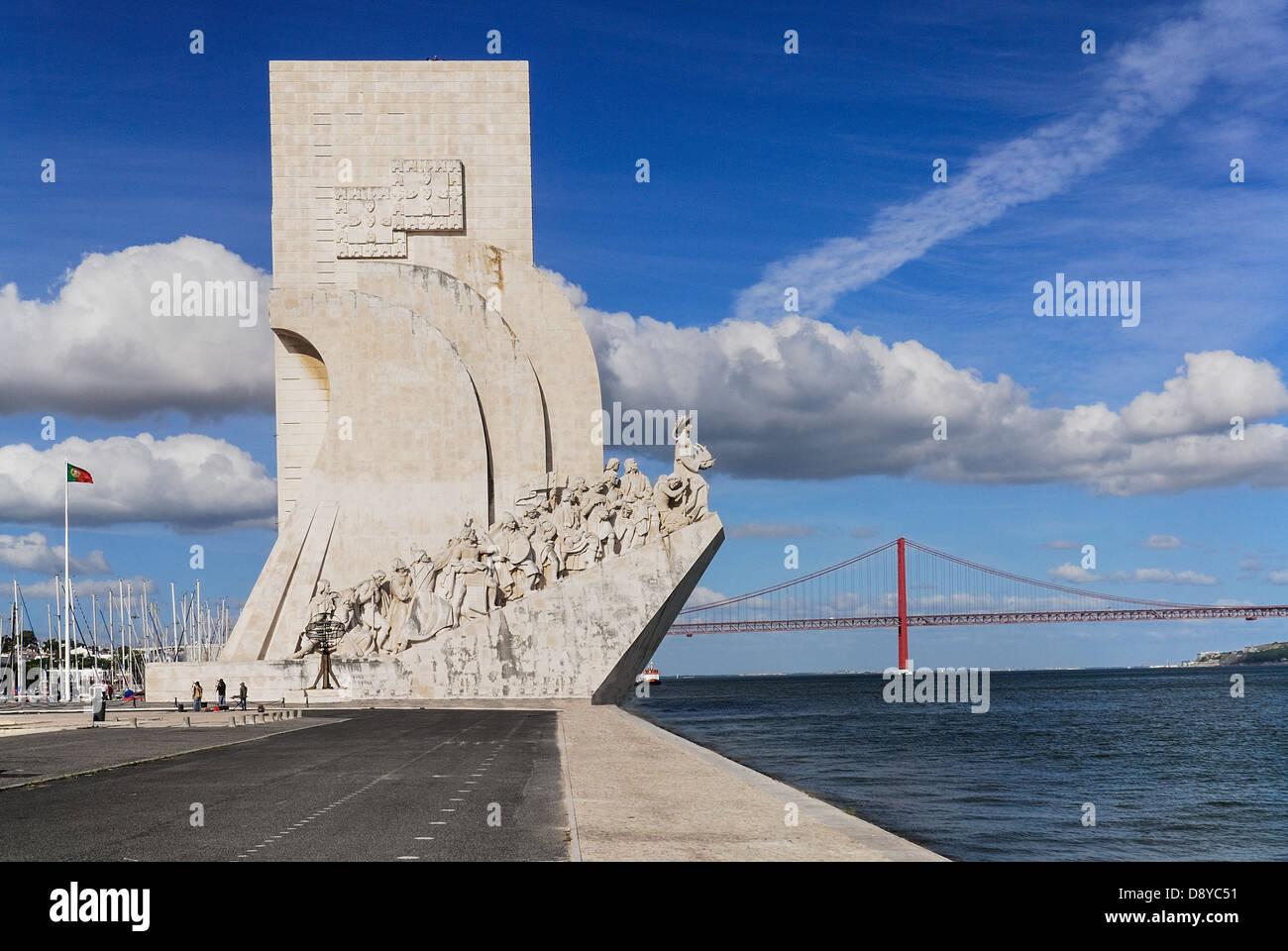 Portugal, Estremadura, Lissabon, Prinz Heinrich der Seefahrer mit Ponte 25. Abril Brücke über das Denkmal Stockbild