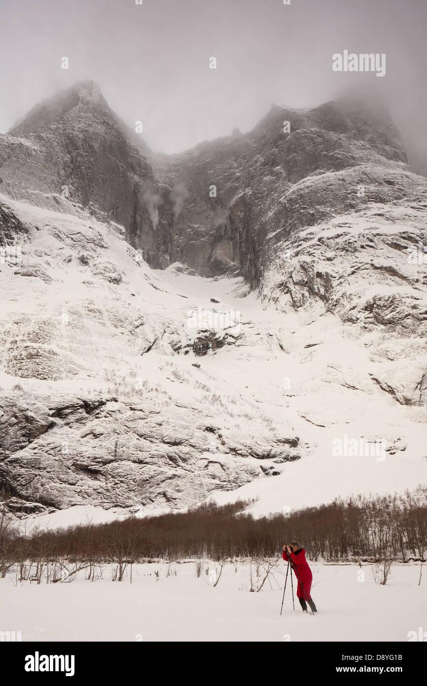 Fotograf im Tal Romsdalen, Rauma Kommune, Møre Og Romsdal Fylke, Norwegen. Stockbild