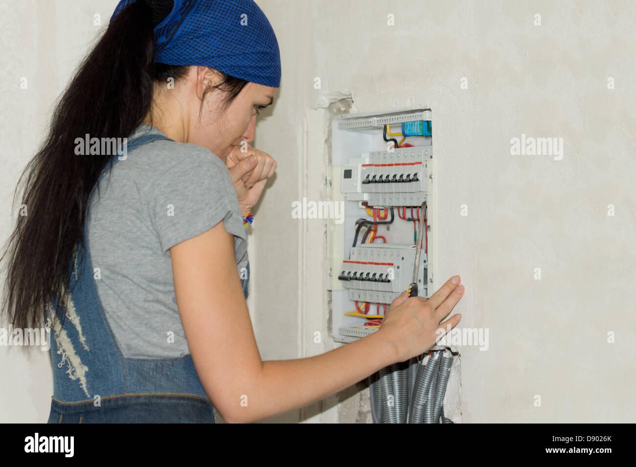 DIY Frau betrachten eine elektrische Schalttafel Stockfoto, Bild ...