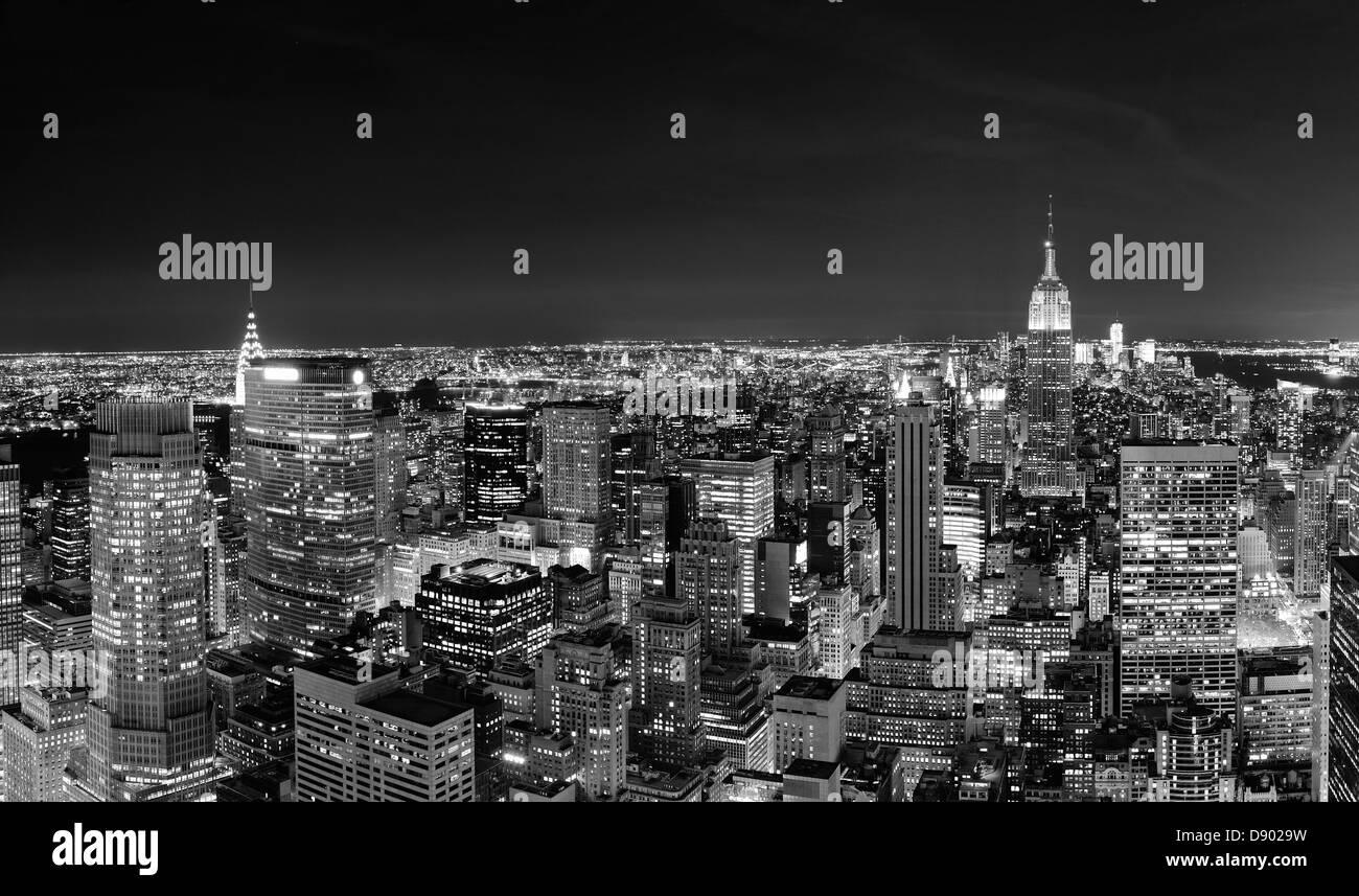 new york city manhattan skyline bei nacht panorama schwarz und wei mit st dtischen hochh usern. Black Bedroom Furniture Sets. Home Design Ideas