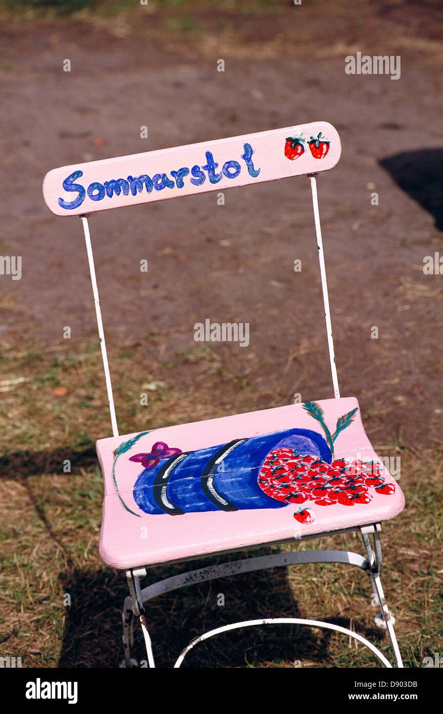 Gemalten Erdbeeren Auf Einem Rosa Stuhl Stockfoto Bild 57165735