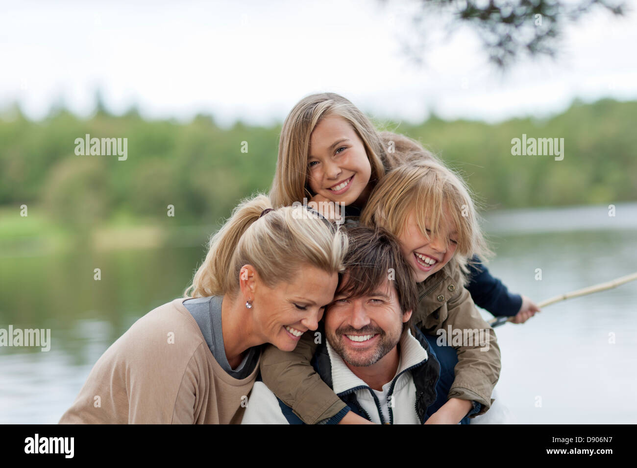 Eltern und 2 Kinder kleben Stockbild