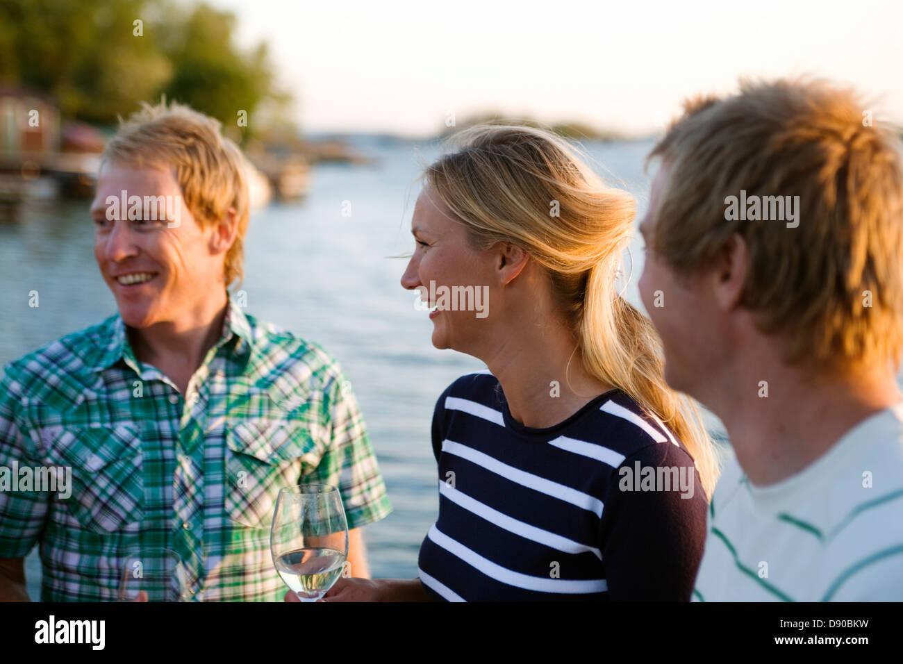 Drei glückliche Menschen, Fejan, Stockholmer Schären, Schweden. Stockfoto