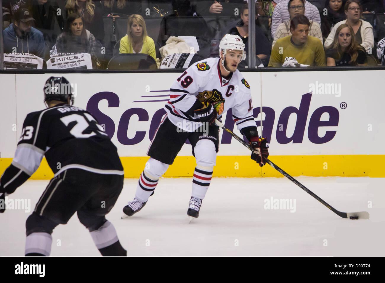 Chicago Blackhawks captain Jonathan Toews bereitet sich für einen Pass in Spiel 3 der NHL Western Conference Stockbild