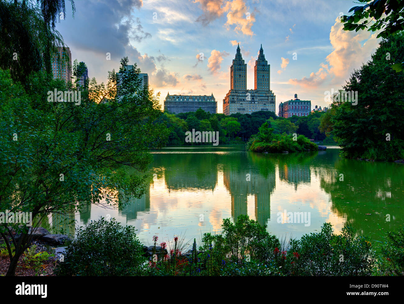 Upper West Side Skyline von Central Park Lake in New York City. Stockbild