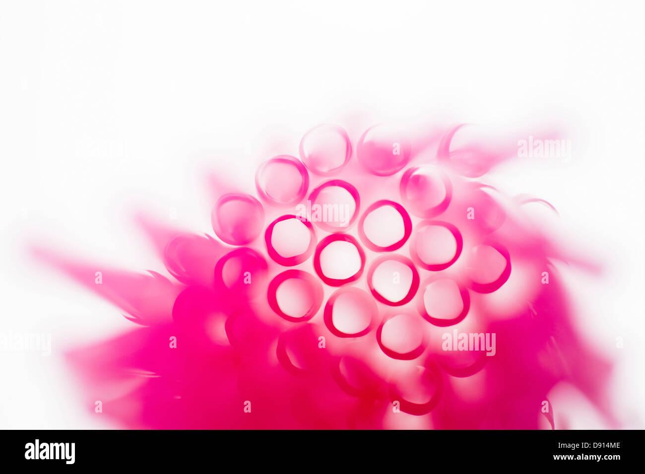 Studioaufnahme von rosa Trinkhalme Stockfoto