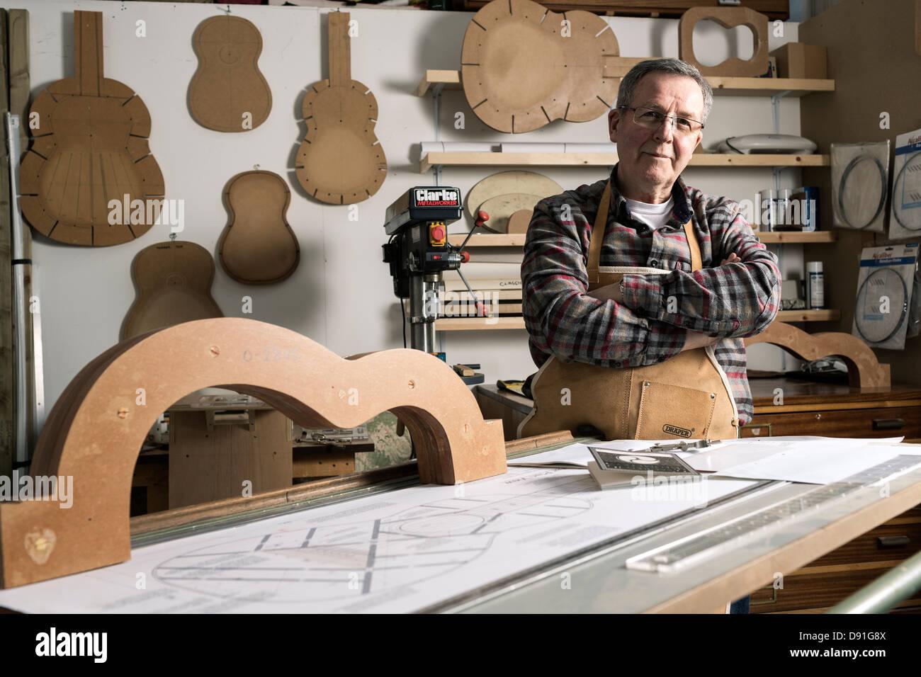 Gitarrenbauer Standby Akustikgitarre Frame in Werkstatt, Porträt Stockbild