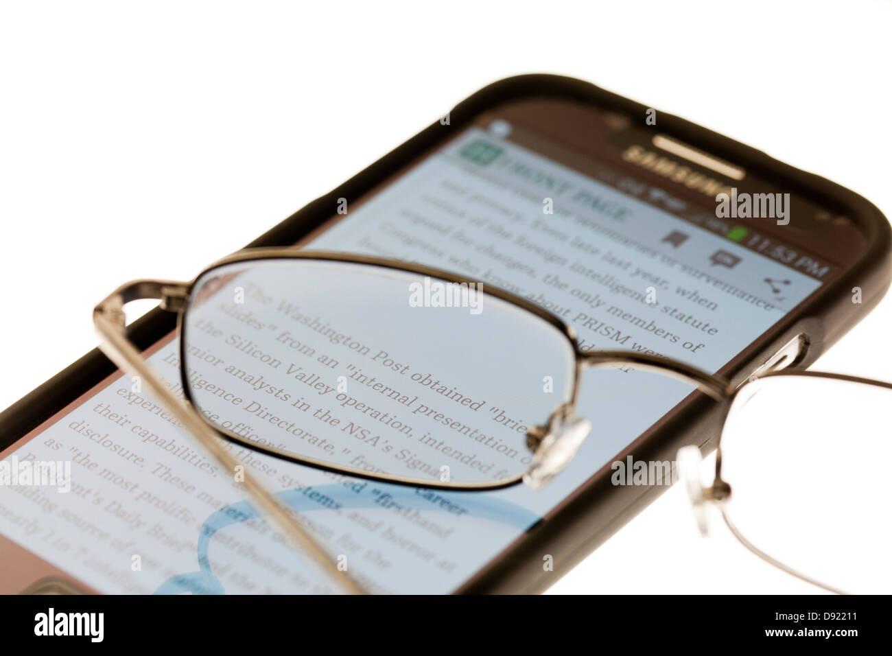 Lesebrille auf Smartphone Stockbild