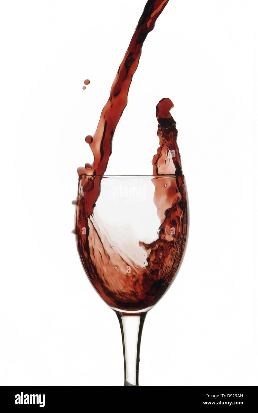 Rotwein Gießen auf einer Tasse Stockbild