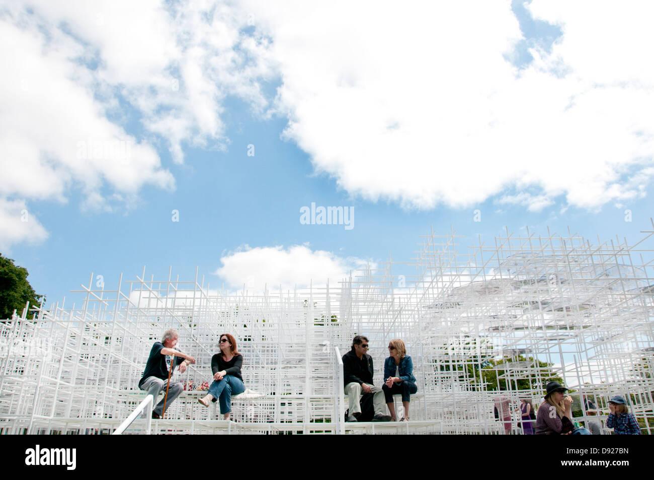 Serpentin Café Sommer 2013 von Sou Fujimoto, mit einem Gitter aus Stahl und Glas entworfen. Stockbild