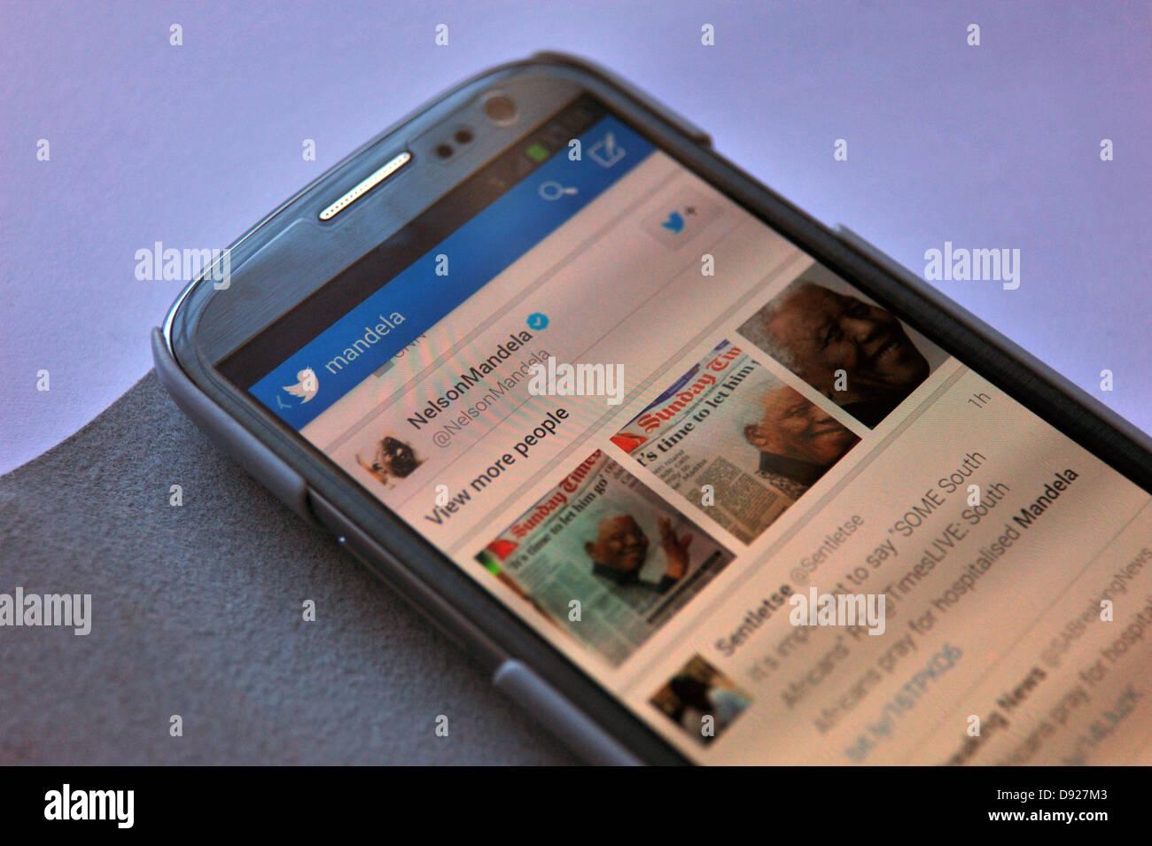 Bilder von Twitter auf einem Smartphone-Bildschirm mit Nachrichten über die Krankheit des ehemaligen südafrikanischen Stockbild